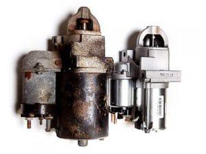 Een oude startmotor vergeleken met een nieuwe startmotor